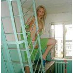 Étudiante blonde cochonne s'exhibe dans les couloirs